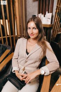 Девушка в кресле на мероприятии клуба красоты authentica club нижний новгород