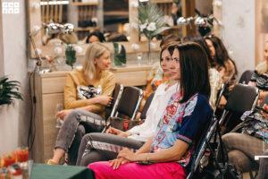 Аудитория слушает спикера на летнем мероприятии клуба красоты authentica club нижний новгород