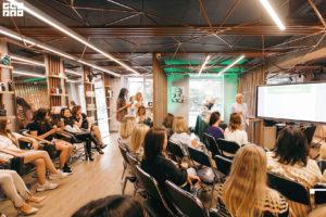 Выступление спикеров на втором мероприятии летнем девичнике клуба красоты authentica club нижний новгород
