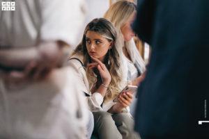 Девушка в толпе на летнем девичнике клуба красоты authentica club нижний новгород