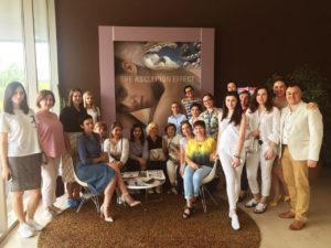 Врач-косметолог клуба красоты authentica club нижний новгород на общем фото со слушателями тренинга по лазерным технологиям