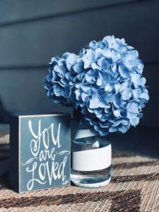 Фирменный голубой цвет клуба красоты authentica club. Красивый интерьер салона красоты в Нижнем Новгороде