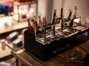 В магазине косметики authentica club нижний новгород в честь 8 марта действуют скидки на декоративную косметику и подарки за покупку более 2 средств
